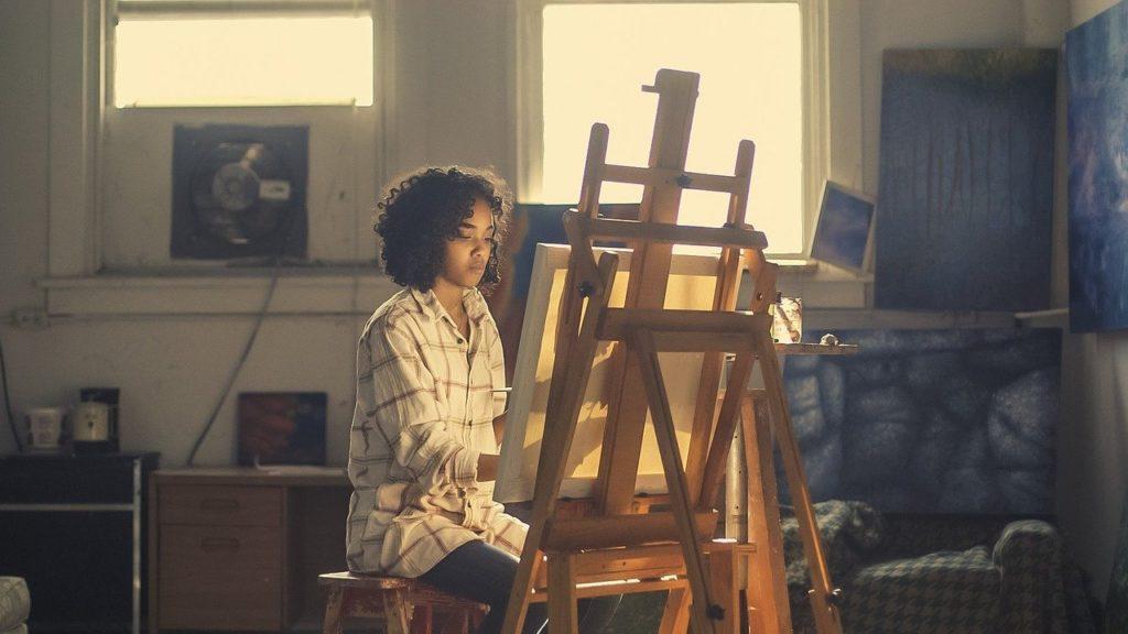 Jeune artiste en train de peindre sur toile